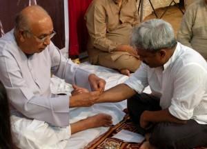 Guruji Arvind Parikh Ji tying the musical knot (Gandha Bandhan)